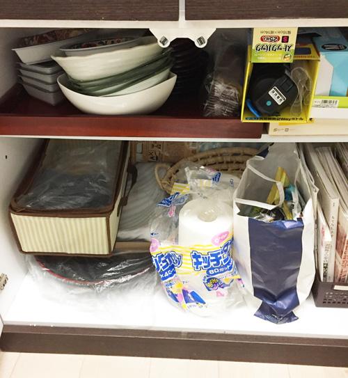 食器棚を片づける
