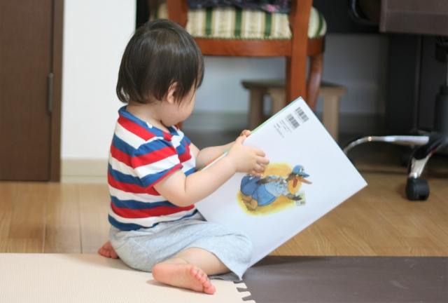 絵本に集中する子ども