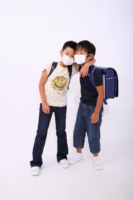 マスクをする男の子たち