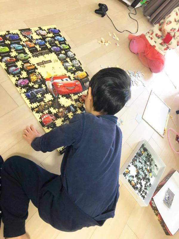 パズルをする小学生の息子
