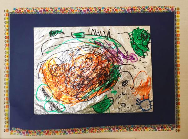 息子が小学校で書いた絵を玄関に飾る